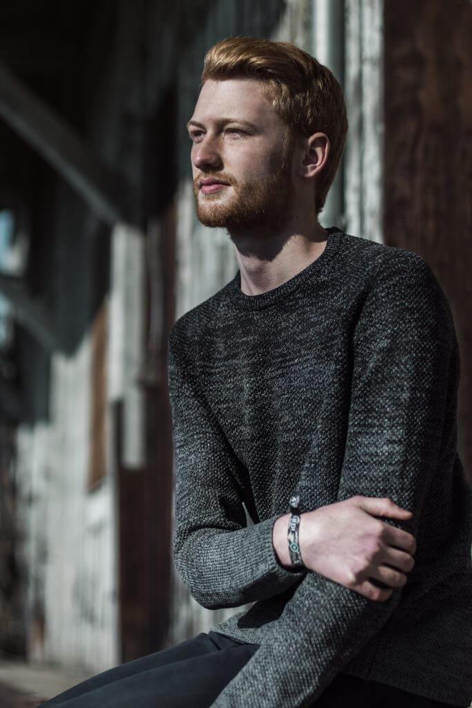Porträt eines Jungen vor verlassenem Gebäude