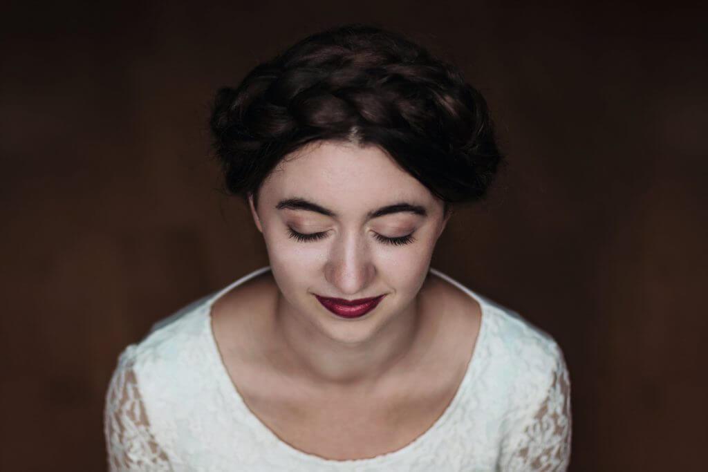 Porträt von einem Mädchen im weißen Oberteil