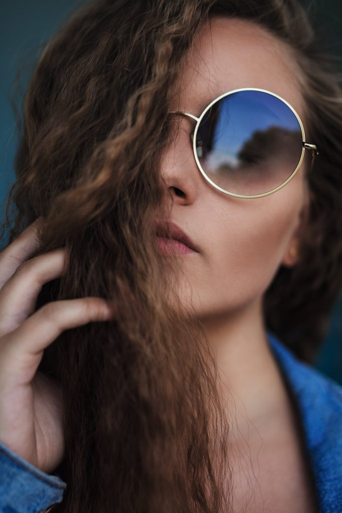 Porträt von einem Mädchen mit Sonnenbrille
