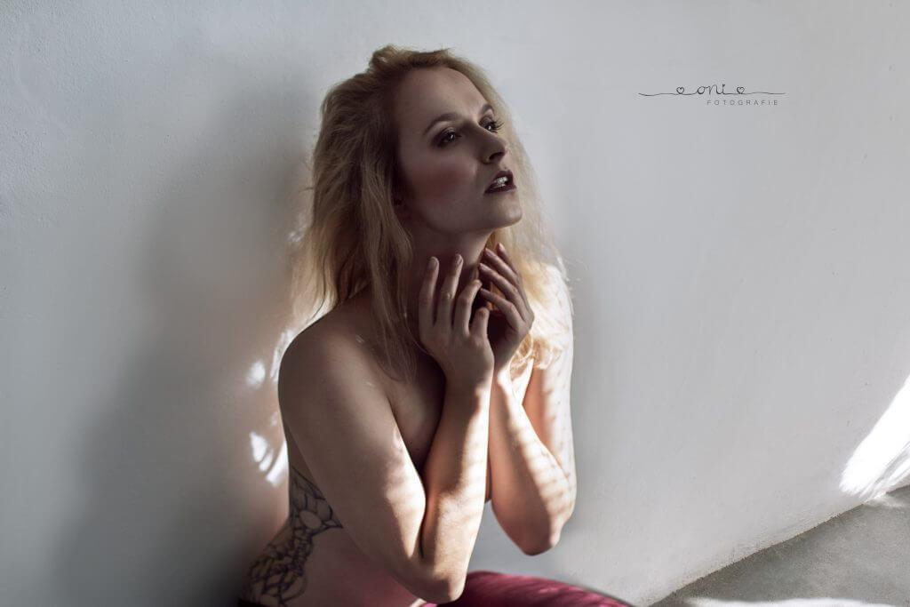 Porträt eines Mädchens vor einer weißen Wand