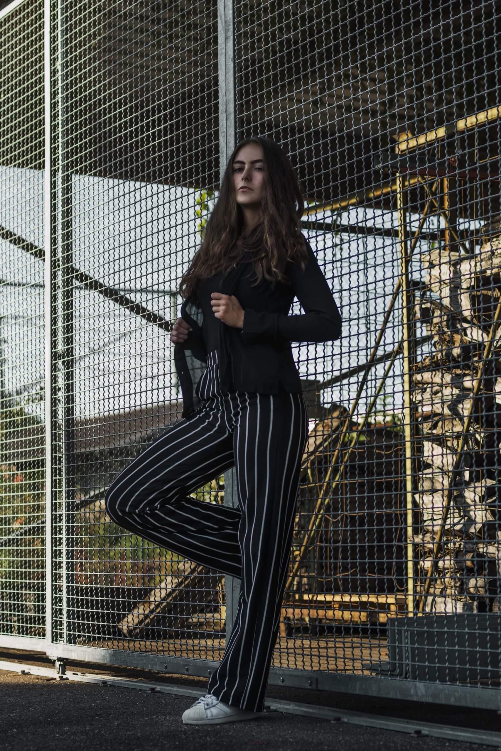 Portrait eines Mädchens vor einem Gitter